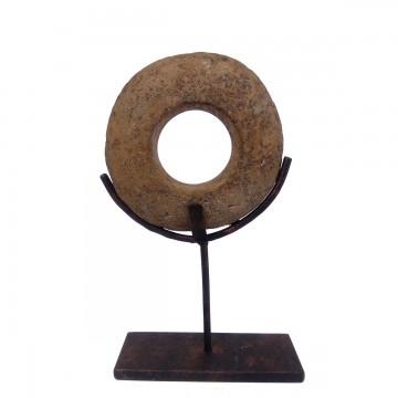 Neolitický kámen – malý s kovovým stojánkem