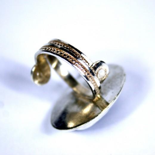 Stříbrný prsten s drahým kamenem